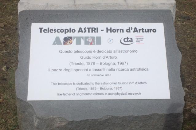 La targa dedicata a Horn padre degli specchi a tasselli. La cerimonia ha avuto luogo il 10 novembre 2018 a Serra La Nave.